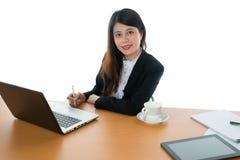seduta felice dell'ufficio dello scrittorio della donna di affari Fotografia Stock Libera da Diritti