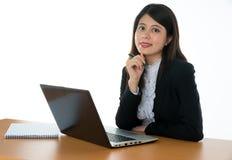 seduta felice dell'ufficio dello scrittorio della donna di affari Fotografia Stock