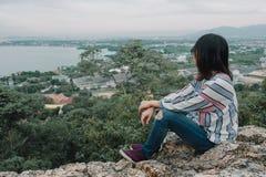 Seduta felice della giovane donna espressiva del fondo di sport di avventura Immagine Stock Libera da Diritti
