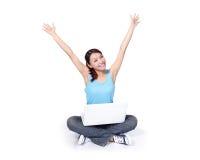 Seduta felice della studentessa con il computer portatile Immagini Stock