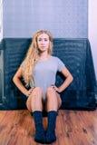 Seduta femminile americana sveglia sul pavimento Immagine Stock Libera da Diritti