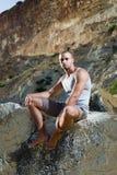 Seduta perfetta dell'uomo del corpo Fotografia Stock