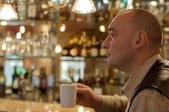 seduta piacevole della stanza degli uomini del caffè Fotografie Stock