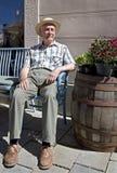 Seduta senior sul banco Fotografie Stock