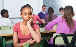 Seduta sola dell'allievo della scuola Immagini Stock