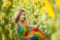 Seduta sorridente della donna nell'erba Fotografia Stock Libera da Diritti
