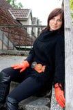 Seduta sorridente della ragazza Fotografie Stock Libere da Diritti