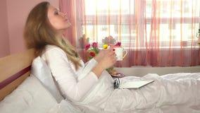 Seduta stanca della donna delle free lance e per mezzo del computer della compressa Caffè femminile della bevanda stock footage