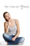 Seduta teenager femminile di Thoughtfull su una tabella. Immagini Stock