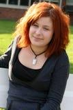 Seduta teenager su un banco fotografia stock libera da diritti