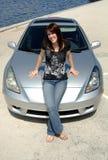 Seduta teenager sul cappuccio dell'automobile Fotografie Stock
