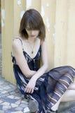 Seduta triste della giovane donna Fotografie Stock Libere da Diritti