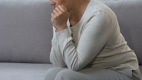 Seduta turbata della donna sola sullo strato, marito mancante, crisi di mezza età di sofferenza archivi video