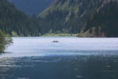 See 'kolsai ' Zwei Liebhaber schwimmen auf den See lizenzfreies stockbild