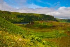 See angeschmiegt in der irischen Landschaft Lizenzfreies Stockfoto