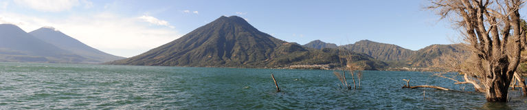 See Atitlan mit Vulkan San Pedro Stockbilder