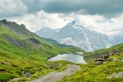See Bachalpsee mit erstaunlicher alpiner Landschaft im Hintergrund stockfotografie