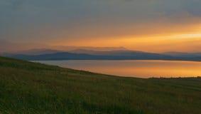 See bei Sonnenuntergang lizenzfreies stockbild