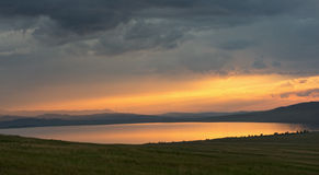 See bei Sonnenuntergang lizenzfreie stockfotografie