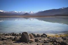 See-BLANCA während Ausflugs Salars de Uyuni, altiplano mit schneebedecktem Gebirgshintergrund Stockfotos