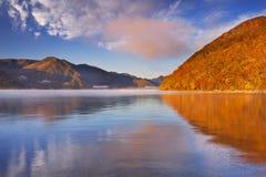 See Chuzenji, Japan bei Sonnenaufgang im Herbst Lizenzfreies Stockbild