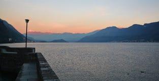 See Como bei Sonnenuntergang von Argegno lizenzfreie stockfotos