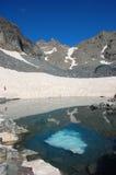 See in den Bergen mit Schnee lizenzfreie stockbilder