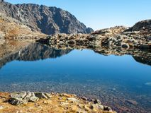 See in den Bergen Teich im Tal von fünf Spis Seen umgeben durch felsige Gipfel, hohe Tatra-Berge lizenzfreies stockfoto