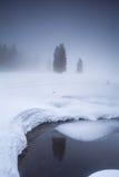 See in den Bergen während des nebeligen Wintermorgens lizenzfreie stockbilder