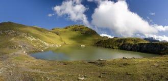 See in den Schweizer Alpen mit Wolken Stockfotografie