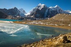 See der großen Höhe Gebirgs-in Nord-Sikkim, Indien Stockfotografie