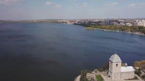 See in der Mitte des Stadt virw vom Brummen stock footage