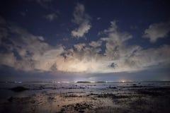 See der Mond des nächtlichen Himmels Stockfoto