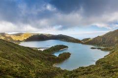 See des Feuers Lagoa tun Fogo im Krater des Vulkans Pico d lizenzfreies stockbild
