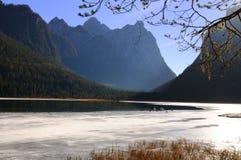 See Dobbiaco eingefroren Lizenzfreie Stockbilder