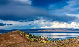 See durch den Hügel unter blauem Himmel Lizenzfreie Stockfotos