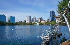 See Eola, hohe Gebäude, Skyline und Brunnen im Stadtzentrum gelegenes Orlando, Florida, Vereinigte Staaten, am 27. April 2017 Lizenzfreie Stockfotografie