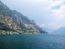 See Garda mit Teil Limone-sul Garda vor einem schweren Sommerregenguß Stockfoto