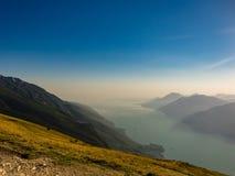 See Garda und Garda-Berge, wie von Monte Baldo-Einfassung gesehen stockfotografie