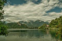 See geblutet, umgeben durch Hochgebirge Slowenien, getont stockbilder