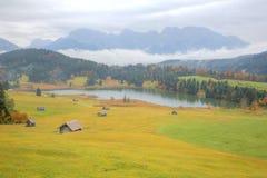 See Geroldsee in der bunten Herbstsaison, ein schöner alpiner See zwischen Garmisch-Partenkirchen und Mittenwald mit nebeligem Ka Stockfotos
