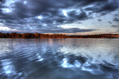 See Ginninderra am Sonnenuntergang Lizenzfreies Stockbild