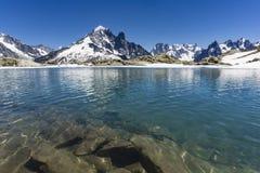 See-Gummilack Blanc auf dem Hintergrund von Mont Blanc-Gebirgsmassiv alpen Lizenzfreies Stockbild
