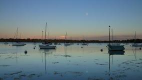 See Harriet Sailboats an der Sonnenuntergang-Zeitspanne stock footage