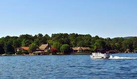 See-Haus auf dem See mit einem Ponton-Boot im Wasser lizenzfreies stockfoto