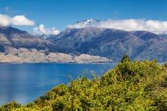 See Hawea-Ansicht und Hochgebirge in den Wolken, Neuseeland lizenzfreies stockfoto