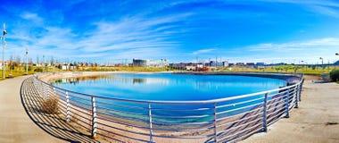 See im Park Moderner Bau der Urbanisierung Lizenzfreie Stockbilder