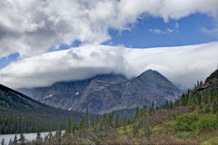 See Josephine mit den Bergen mit einer Kappe bedeckt mit Wolken Lizenzfreie Stockfotografie