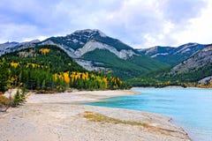 See in kanadischen Rocky Mountains während des Herbstes Stockfotos