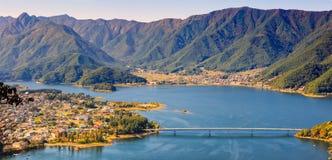See Kawaguchi und die Stadt, die von Kawaguchiko Tenjoyama angesehen wird, parken Mt Drahtseilbahn Kachi Kachi, Kawaguchigo, Japa stockfotografie